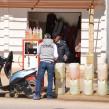 Sur la route de Tabarka, Nedjmeddine vend jusqu'à 25 bidons de 20 litres par jour. (Photo CFJ / A.M.)
