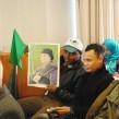 Un Libyen bloqué à Tunis exhibe un poster à l'effigie du colnel Kadhafi