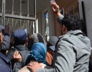 Les chômeurs se rassemblent devant le Gouvernorat pour demander un emploi (photo CFJ / M.C.)