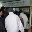 Les clients attendent nombreux devant la caisse de la première boutique tunisoise de vente directe de produits agricoles. (Photo CFJ / L.D-N D-M)