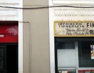 Il Corriere di Tunisi (à gauche) a été fondé en 1956 par la famille Finzi. Ses locaux se trouvent juste à côté de la première imprimerie privée de Tunisie, créée en 1829 (à droite). (Photo CFJ /L. D-N D-M.)