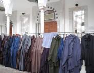 Stands de niqabs tenus par des salafistes devant la mosquée El Fath (CFJ/Amélie Mougey)